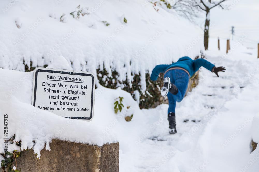 Valokuva  Frau stürzt bei Schneeglätte