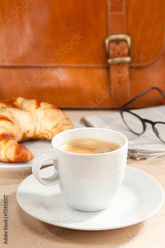Fototapety, obrazy: Koffein und Nachrichten zum Frühstück