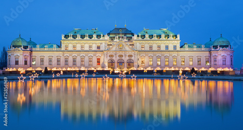 Ingelijste posters Wenen Vienna - Belvedere palace at the christmas market in dusk