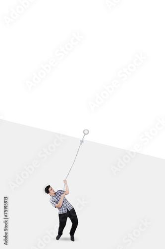 Fotografía  Young man pulling blank poster