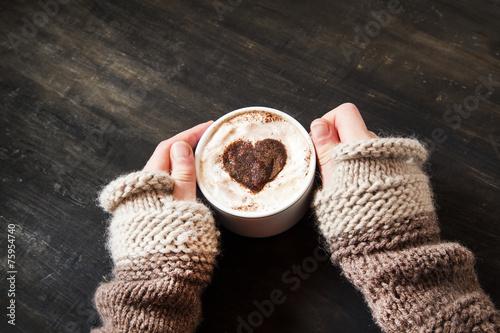 ksztalt-serca-trzymajac-sie-za-rece-cappuccino