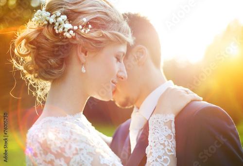 Foto Junge Hochzeitspaare auf Sommerwiese