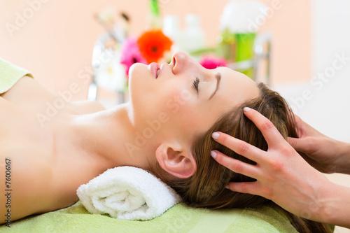 Photo  Wellness - Frau erhält Kopfmassage in Spa
