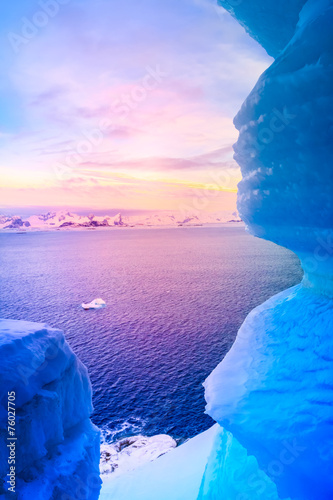Foto auf Gartenposter Antarktika blue ice cave