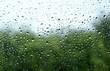 Regentropfen auf Autoscheibe