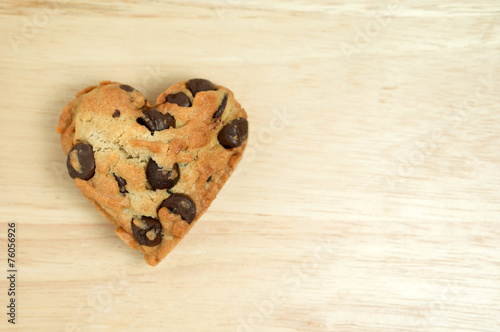Tuinposter Koekjes Heart sweet cookie on wood background