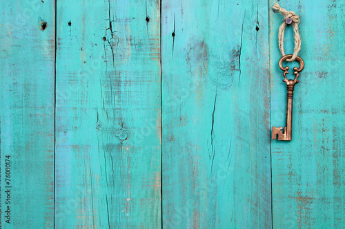 Türaufkleber Holz Skeleton key hanging on teal blue wood door