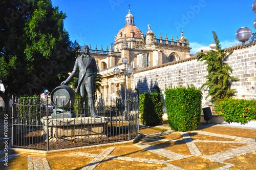 Jerez, monumento al Tío Pepe con la catedral al fondo, Cádiz, Andalucía, España