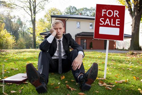 Fotografía  Worried estate agent