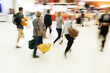 Menschen am Flughafen in Bewegungunschärfe