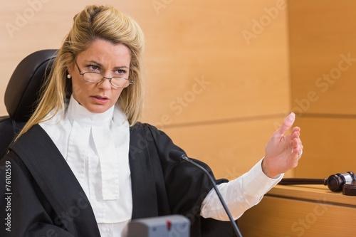 Plakat Surowy sędzia przemawiający do sądu