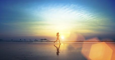Mlada djevojka koja trči uz plažu.