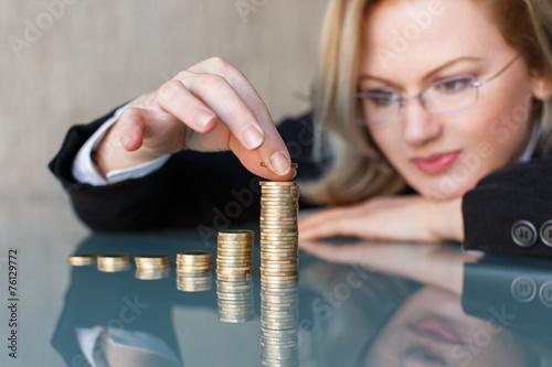 Fotografía  Negocios en vasos construcción de columnas de la moneda