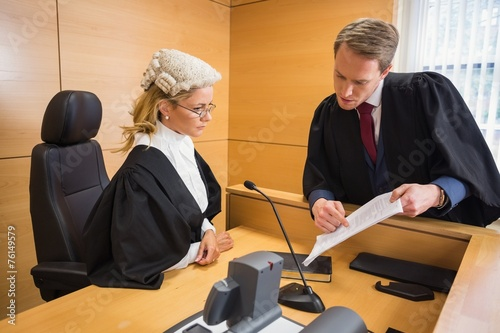 Stampa su Tela Lawyer speaking with the judge