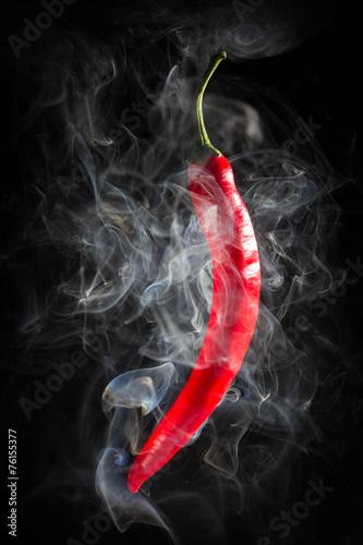 dymic-goracego-chili-pieprzu-na-czarnym-tle