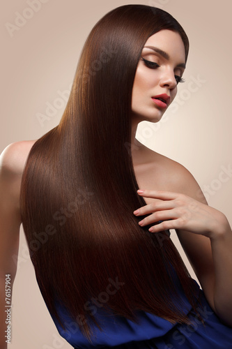 Photo  Hair. Portrait of Beautiful Woman with Long Brown Hair. High qua