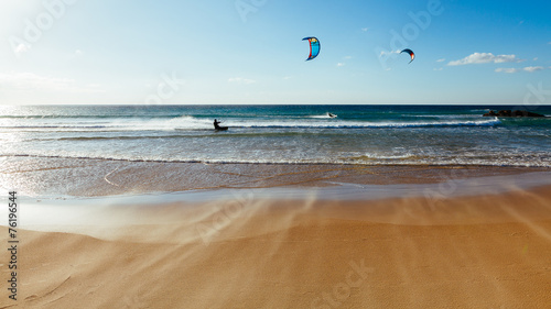 Kitesurf al atardecer en la playa de Tarifa