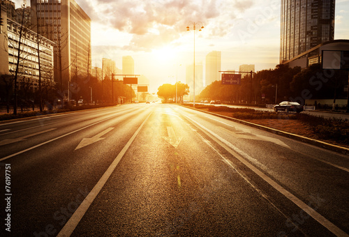 Poster Autoroute nuit modern city road scene at sunset