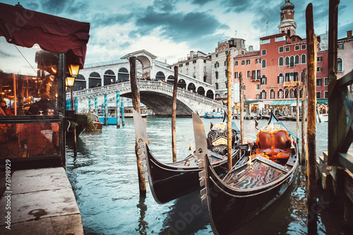 Foto op Plexiglas Gondolas Classical view of the Rialto Bridge - Venice