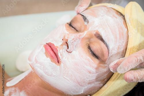 Fotografía  Cosmetology spa facial. Beautiful brunette in a spa salon