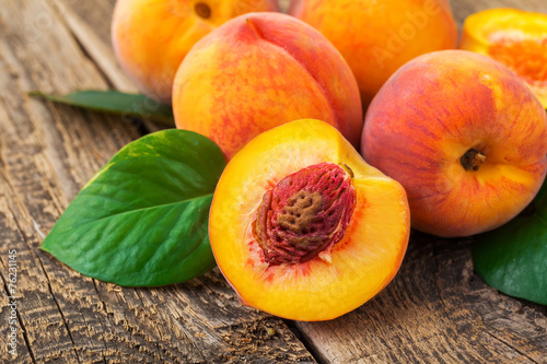 Fotomural fresh peaches on wood background