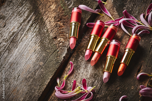 szminki-z-platkami-kwiatow