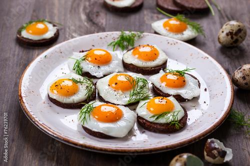Deurstickers Gebakken Eieren quail egg canapes