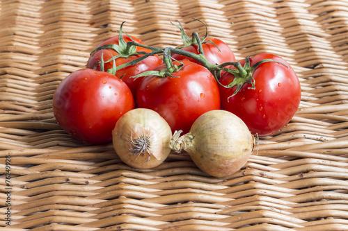 Pomidory i cebula na wiklinowej teksturze
