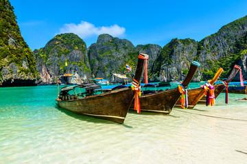 Długoogonkowe łodzie w majowie zatoce, Andaman morze, Tajlandia, Południowa Azja