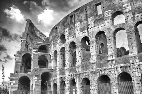 koloseum-w-rzymie-antyczna-budowla-rzymska-ruina-gladiator-historia-zabytek