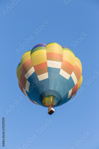 Foto op Canvas Luchtsport Hot air balloon on blue sky background