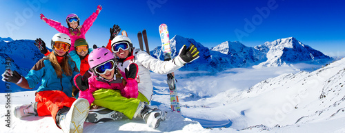 Skiing, panorama - family enjoying winter vacation Fototapet