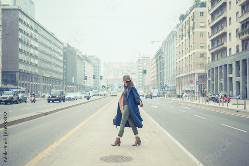 Carta da parati Beautiful young brunette posing in the city streets
