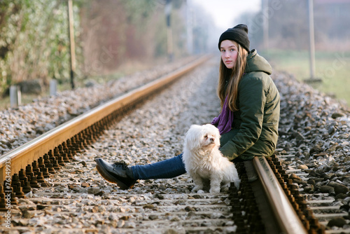 Photo girl with the dog on the railway