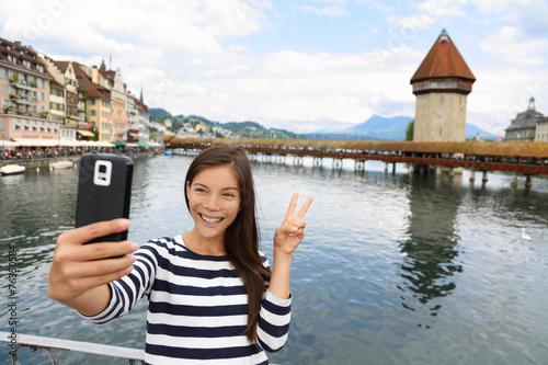 Photographie  Femme selfie touristique à Lucerne en Suisse