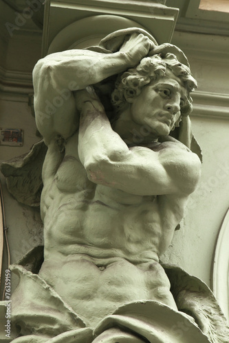 Photo Muscular atlas supporting a Baroque building in Prague
