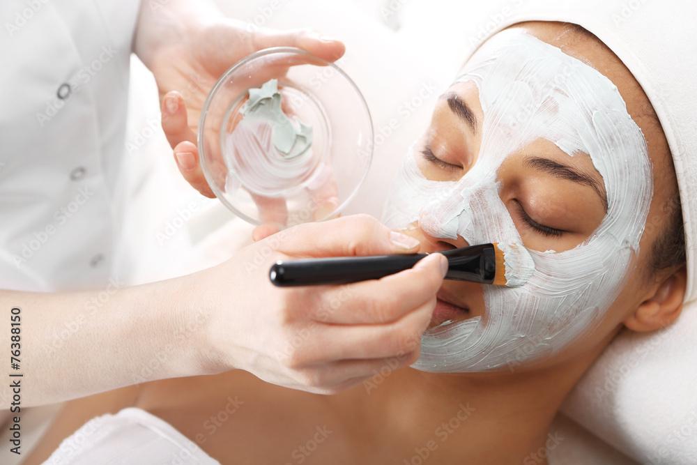 Fototapeta Maseczka kosmetyczna, kobieta u kosmetyczki