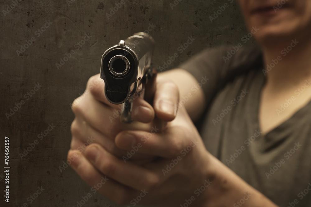 Fototapeta homme policier tirant arme