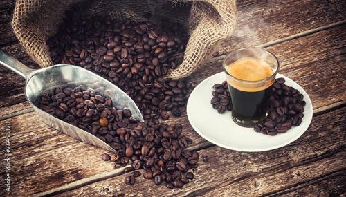 kawa-espresso-w-szklanym-kubku-z-ziaren-kawy