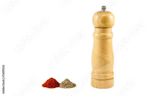 Fotografía  Pepper mill and piles of pepper powder
