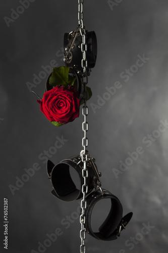 Photo  Ledermanschetten an einer Kette mit Rose