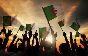 Siluete ljudi koji drže zastavu alžirskog koncepta