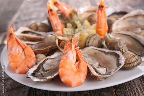Fotobehang Schaaldieren fresh oyster and shrimp