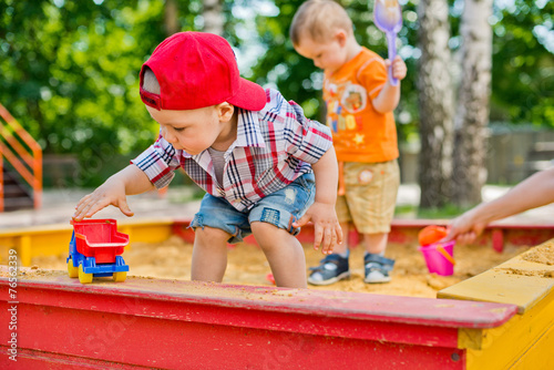 Photo  child plays with sand