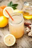 Zdrowy drink z cytryny, cynamonu, imbiru i miodu