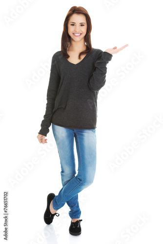 Fotografía  Woman showing something or copyspase