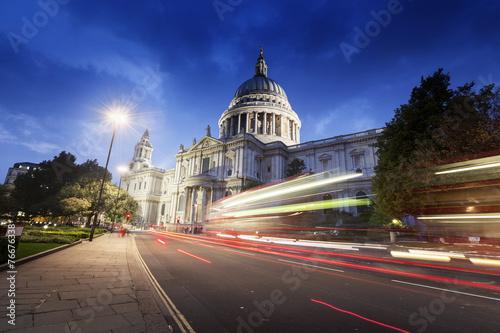 Fotografía  La catedral de San Pablo y en movimiento de autobuses de dos pisos, Londres, Rei