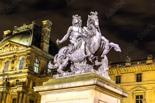 Fotografie, Obraz  Louvre v noci v Paříži