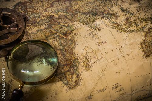 stara-mapa-z-kompasem-i-lupa