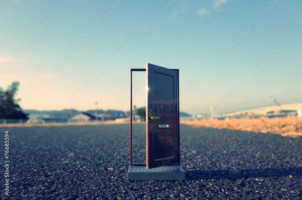 Fototapety, obrazy: 路上に置かれたドア